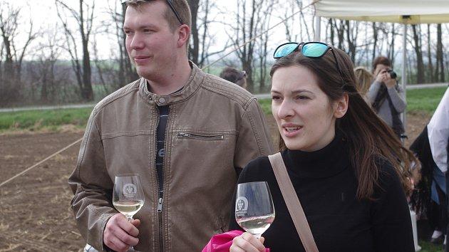 Projít stezku mezi vinicemi a ochutnat vína místních vinařů přišly do Vrbovce stovky návštěvníků