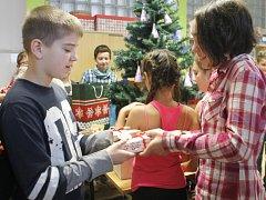 21. prosince se páťáci ze Základní školy Pražská ve Znojmě neučili. Dávali si navzájem dárky a mluvili o tradici Vánoc.