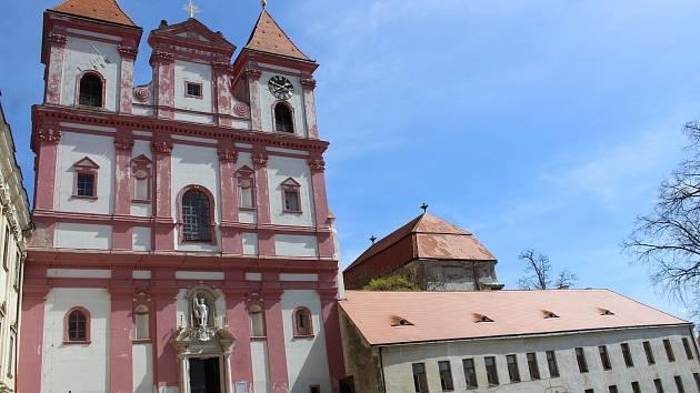 Na opravu kostela v Louce poputuje půl milionu. Památku propojí se starou školou