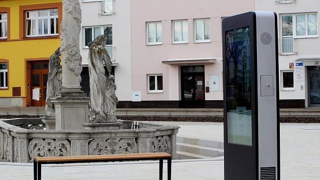 Hrušovany mají nové náměstí. S chytrým sloupem s wi-fi a dobíjením, se stylizovaným pítkem, elektronickou úřední deskou i původním morovým sloupem.