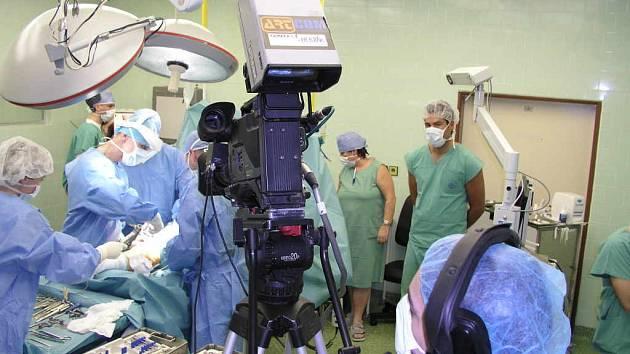 Internetem přenášená operace znojemských ortopedů