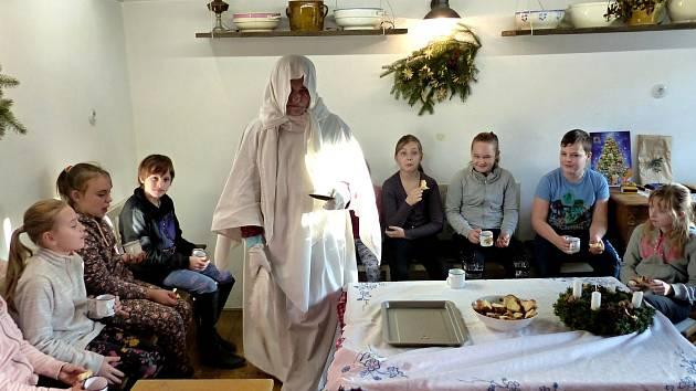 Adventní čas zříjemnili dětem Petrovičtí v obecní doškové chalupě, která se před pár lety proměnila v muzeum.