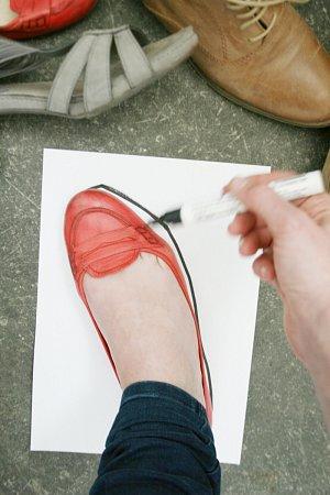 """Rakouská umělkyně Eva-Maria Raab vyzývá obyvatele Znojemska a okolí Retzu, aby jí poslali otisky svých bot. Ve svém projektu """"Překročení hranice"""" je pak včervnu instaluje na most přes Dyji vHardeggu."""