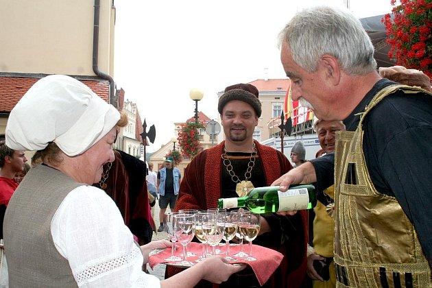 Purkmistr a městští konšelé otevřeli mázhauzy a zkontrolovali kvalitu vína.