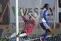 Fotbalisté Znojma (v modrobílém Diarrasasouba) rozdrtili Jablonec 4:0.