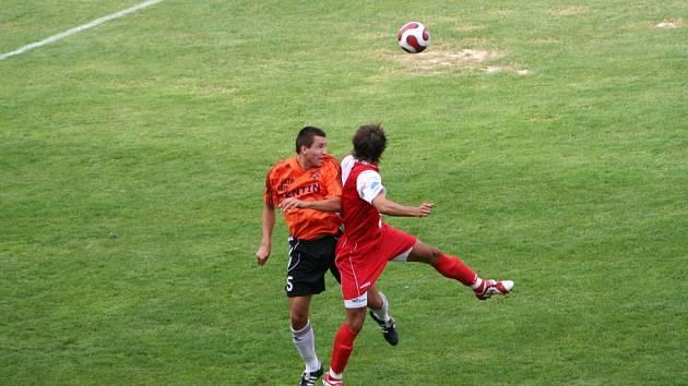 Hráč 1.SC Znojmo (vlevo) při hlavičkovém souboji
