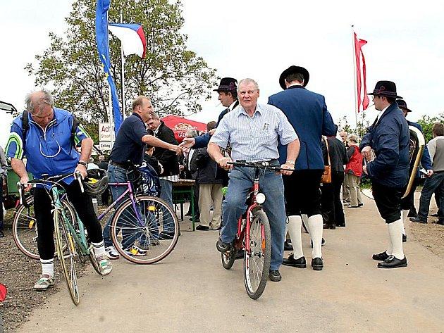 Zbrusu novu přeshraniční cyklostezku otevřeli zástupci Dyjákoviček a Vrbovce a představitelé dolnorakouských obcí Untermarkersdorf a Hadres.