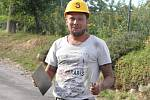 Legenda znojemského fotbalu Todor Yonov se nyní živí jako pomocník na stavbě. Číslo tři nosil na dresu. Teď ho má i na přilbě.