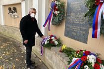 Představitelé Znojma uctili listopadové výročí květinovými věnci u památníku v Horním parku.