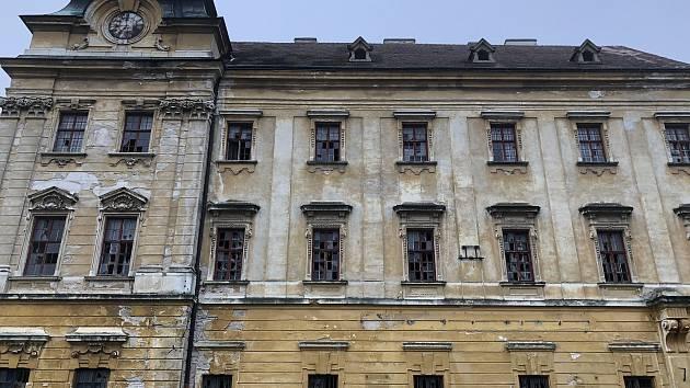 Repliky původních oken ze smrkového dřeva schválili památkáři. K vyměněným oknům na východní fasádě budovy přibude dalších 23 oken na severní straně kláštera (na snímku).