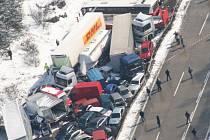 Největší hromadná nehoda v historii ČR. Na D1 u Řehořova na Jihlavsku se tehdy srazilo 231 aut.