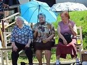 V horkém odpoledni se před slunečními paprsky chránily ženy, jak jen mohly.