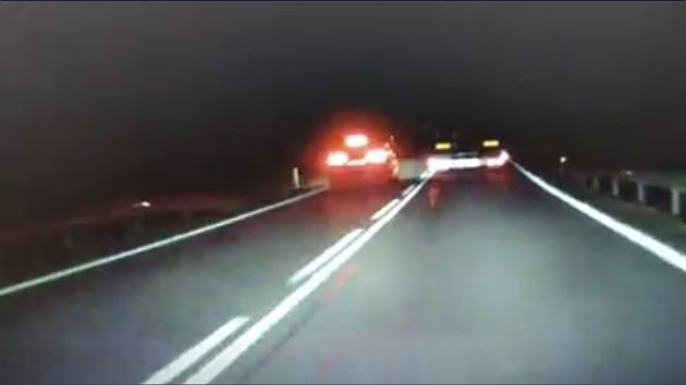 Lidi na síti pobouřil manévr řidiče.