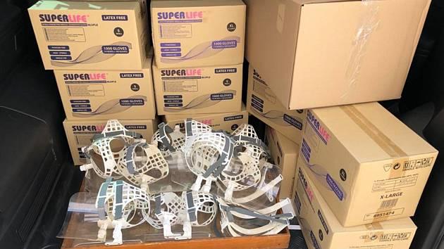 Znojemské střední školy nabídly ochranné rukavice a další pomůcky, které byly původně určny pro výuku.