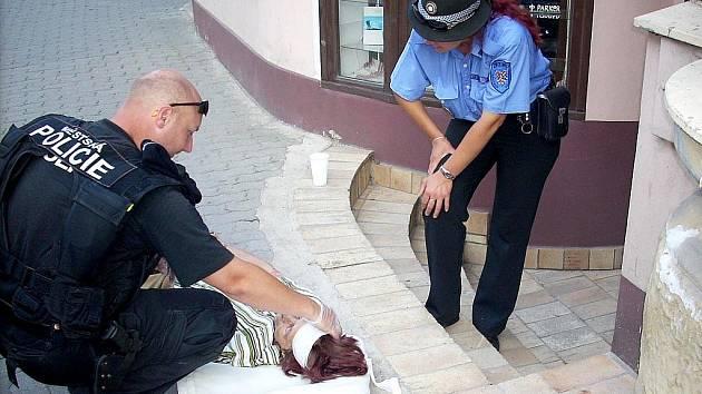 Znojemští strážníci pomáhali lidem, kteří na ulici zkolabovali.