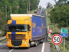 Až do desátého srpna musí řidiči jedoucí ze Znojma do Rakouska počítat s dopravním omezením. U Vrbovce silničáři opravují povrch silnice a dopravu řídí kyvadlově.