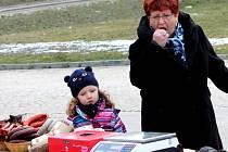 Desítky lidí z Jevišovic a okolí měly k sobotnímu obědu zabíjačkovou polévku, jitrnice nebo ovar. Vše jim připravil mistr řeznický až z Hodonína.