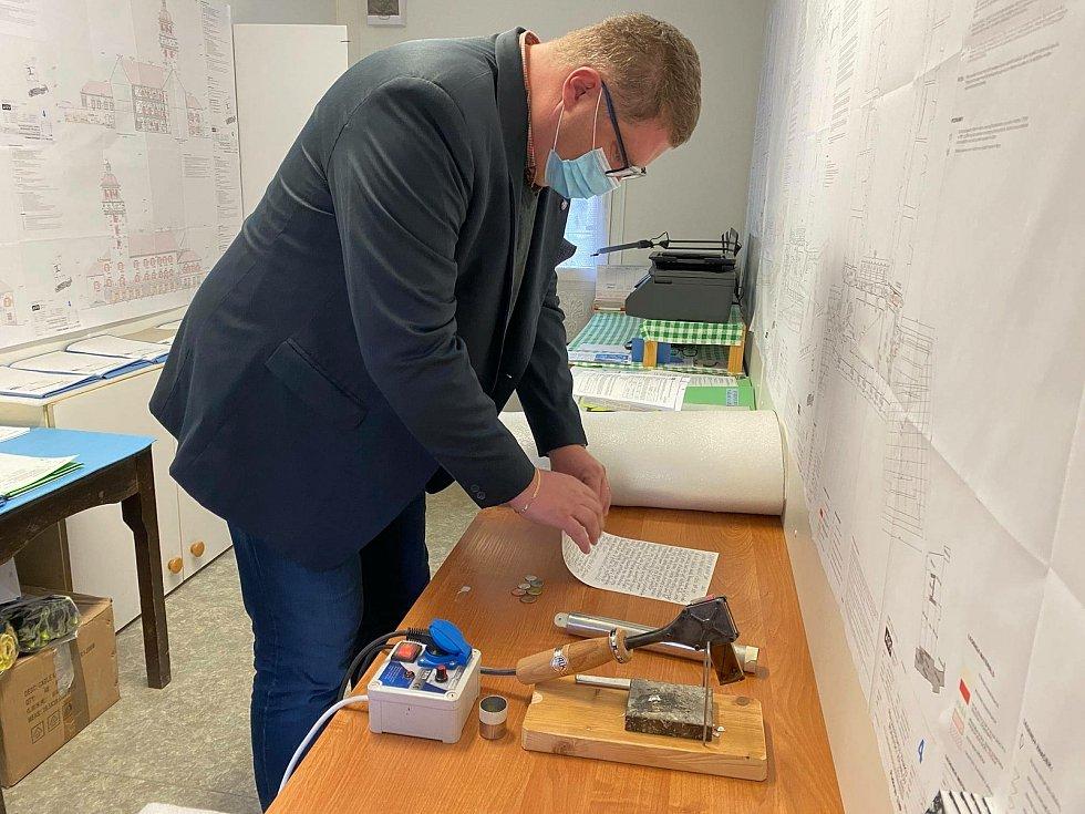 Na speciálním papíře a s mincemi vložil vzkaz do tubusu starosta Moravského Krumlova Tomáš Třetina.
