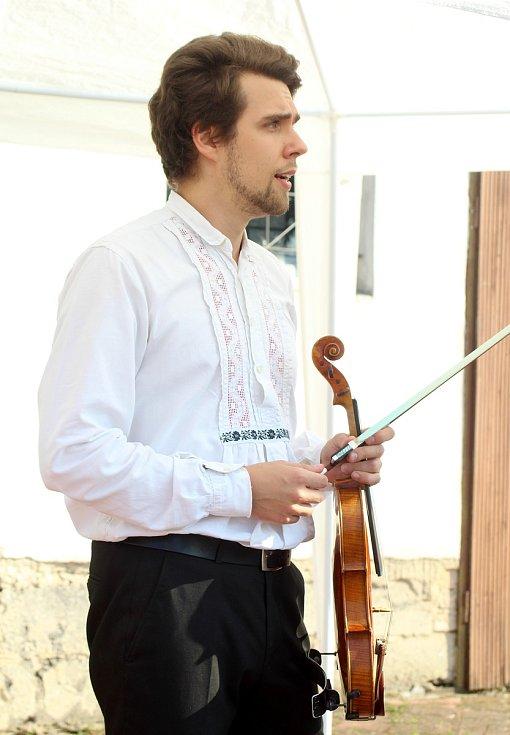 Cimbálová muzika hrála lidem v Novém Šaldorfě-Sedlešovicích...