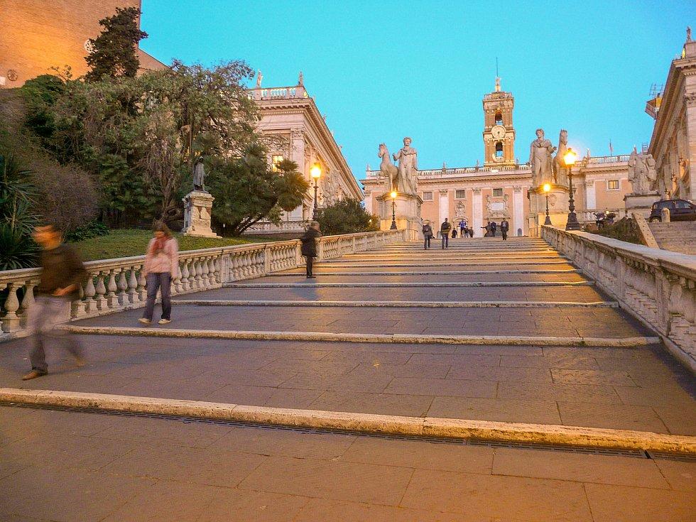 Michalangelova cordonata otevírá pohodlnější přístup na staroslavný římský Kapitol.
