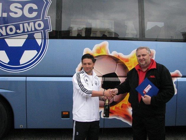 Slavnostní křest nového autobusu fotbalového klubu 1. SC Znojmo FK se uskutečnil v pátek odpoledne na Horním náměstí ve Znojmě. Nový dopravní prostředek v klubových barvách se stane vlajkovou lodí klubu.
