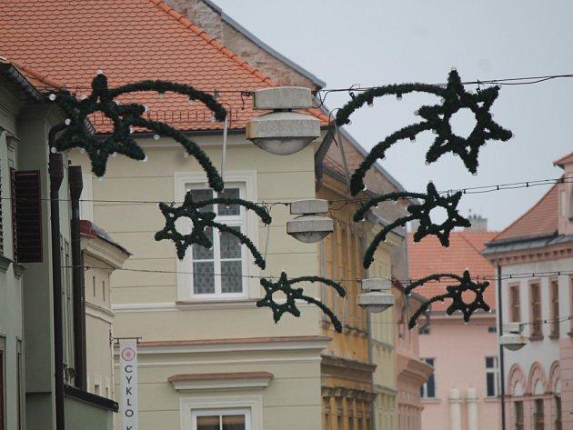 V centru Znojma se již objevila vánoční výzdoba.