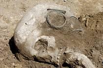 V zásobní jámě v půdě na trase budoucího obchvatu Znojma nalezli archeologové během měsíce již druhou kostru. Skelet patrně patřil ženě a je z doby asi 2200 let před naším letopočtem.