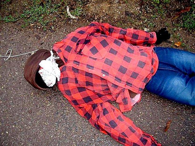Atrapu oběšeného muže v červené kostkované košili našli v úterý ráno po šesté hodině ranní strážníci znojemské městské policie na lávce k Nové nemocnici. Upozornili na ni lidé, kteří volali na linku 156.