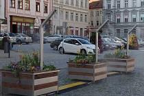 Kolemjdoucí na Horním náměstí nově svlaží rozprašovače vodní mlhy.