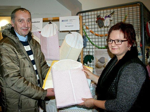Na vernisáži výstavy ženy z patchworkového klubu předaly primáři dětského oddělení znojemské nemocnice Petru Bloudíčkovi ušité zavinovačky.