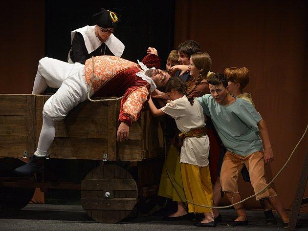 Městské divadlo ve Znojmě vyprodali ochotníci z Divadelního studia Martiny Výhodové. Nastudovali hru Těžká Barbora z pera dua Voskovec + Werich.