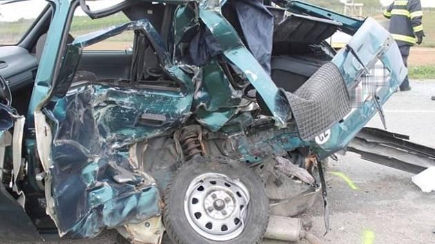 Pravděpodobně rychlá jízda v kombinaci s nebezpečným předjížděním stála za středeční dopravní nehodou mezi Znojmem a Načeraticemi.