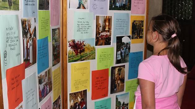 Vzkazy dětí Pánu Bohu vystavuje v Mikulášském kostele ve Znojmě děkan Jindřich Bartoš.