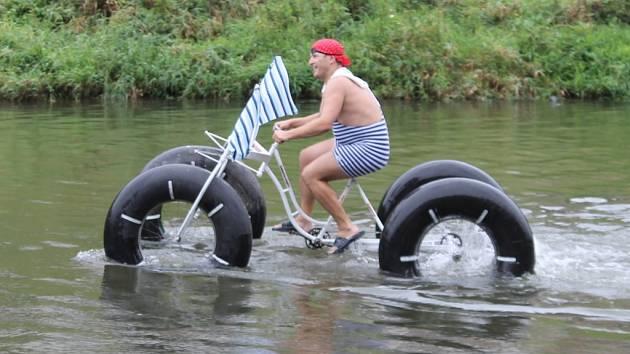 Parta nadšenců ze Znojma pokračuje v recesistických akcích. Po závodu minikár uspořádala v nevlídném počasí Neckyádu.