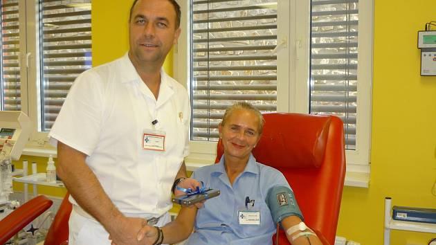 Sestřička která krev bere i dává. Jana Hekerlovámá za sebou 100 darování krve