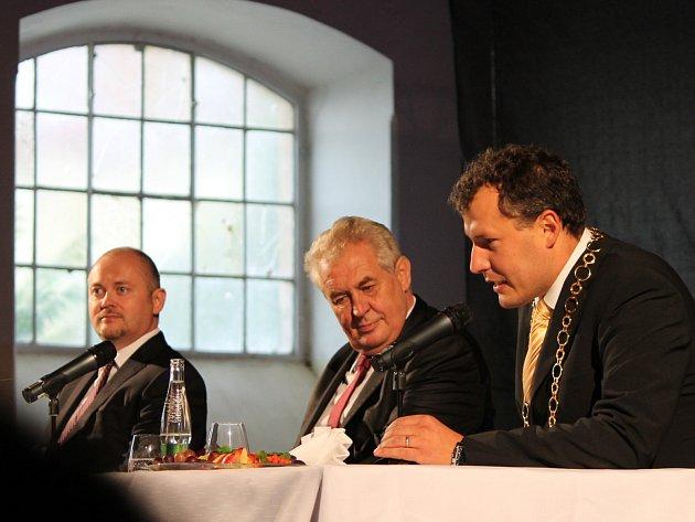 Zleva: Jihomoravský hejtman Michal Hašek, prezident České republiky Miloš Zeman a znojemský starosta Vlastimil Gabrhel.