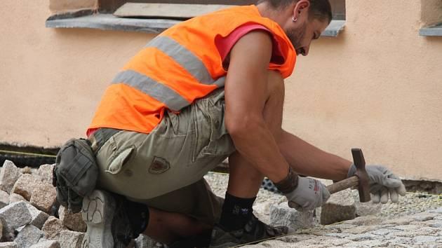 V pondělí začali dělníci s pokládáním dlažebních kostek na Divišově náměstí.