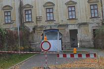Dělníci opravují průjezd Louckého kláštera, Repliky historických oken dostala jižní fasáda nového konventu.