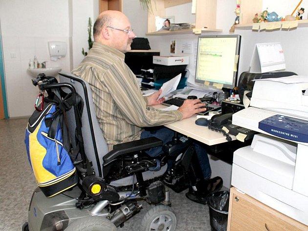 Antonína Šnajdara ze znojemského úřadu práce upoutala na invalidní vozík nemoc. Je však jedním z mála, kteří si svoji práci udrželi i přesto, že se jejich zdravotní stav zhoršil. Na úřadě začínal před lety. To ještě invalidní vozík nepotřeboval.