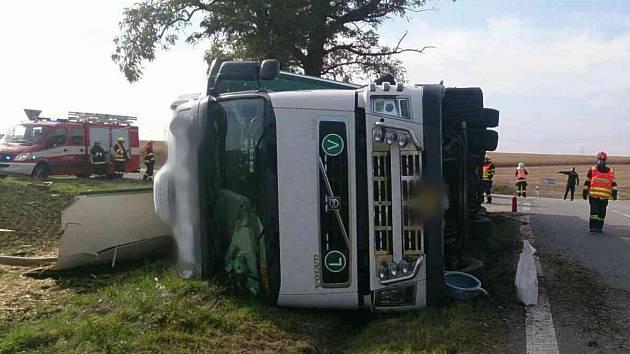 Kamion s dobytkem havaroval na křižovatce u Jamolic. Zvířata se toulají po okolí