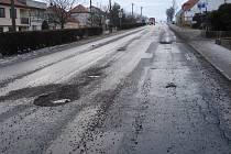 Rozbitá silnice v Kasárnách