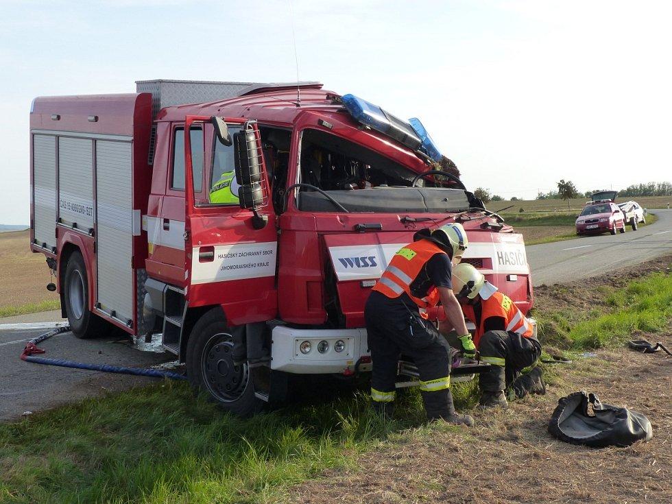 Nehoda vozu hasičů nedaleko Moravského Krumlova na Znojemsku. Na cestě k zásahu se cisterna převrátila.