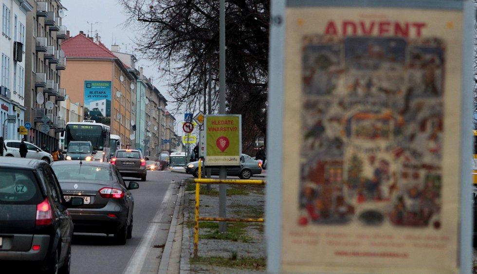 Reklama na sloupech v ulicích Znojma 5. 12. 2019.