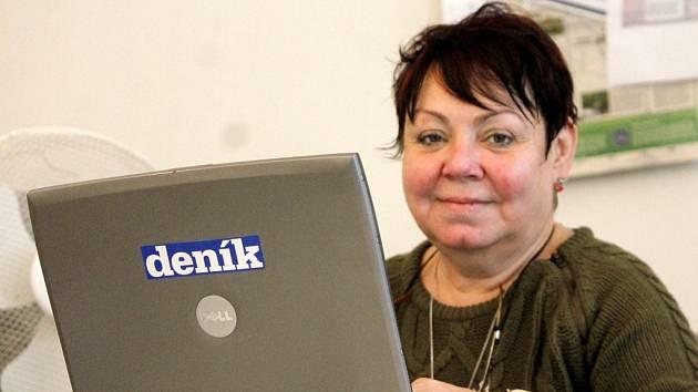 Marta Bayerová v redakci Znojemského deníku Rovnost.