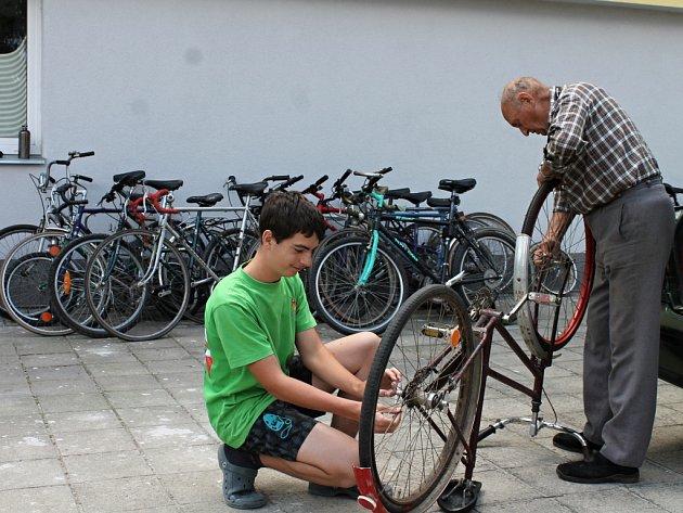 Možnost darovat opotřebené jízdní kolo, nejlépe horské, jenž je vhodné na africké cesty, náhradní díly a cyklistické nářadí, měli lidé ze Znojemska. Na Základní škole Pražská se totiž zastavil projekt Kola pro Afriku.