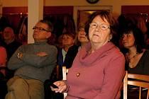 Zcela zaplněný konferenční sál znojemské knihovny v úterý bez dechu sledoval vyprávění sběratelky pohlednic Miloslavy Klimtové.