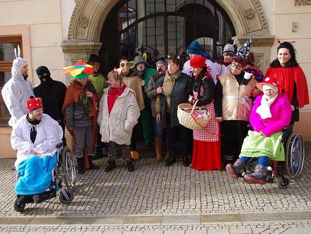 Klienti a pracovníci charitního stacionáře sv. Damiána ze znojemského Hradiště prošli Znojmem v masopustním průvodu.