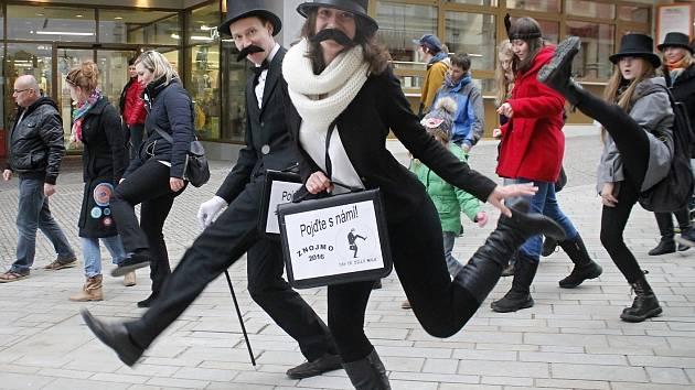 Silly Walk, neboli švihlý pochod, zažily v úterý historicky poprvé ulice Znojma. Díky studentům.