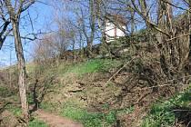 Jen kameny a terenní nervnosti dokládají místo, kde stál hrad Rokytná