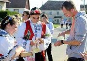 V nádherném slunečném podzimním dopoledni zvala krojovaná chasa obyvatele příhraničního Hrádku na Znojemsku na večerní zábavu v tamním kulturním domě.